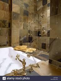 Traditionelle Badezimmer Detail Sandstein Fliesen Bad Dusche Gold