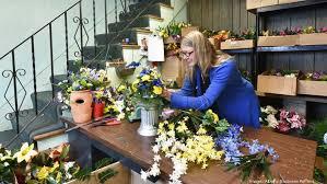 sue cullinan puts together a fl arrangement in hewitt s glenville office
