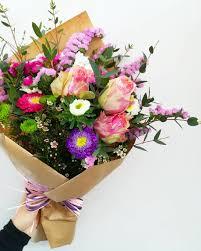 Mazzo di fiori colorato in carta avana naturale - Negozi genovesi
