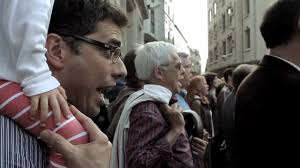 как няколко човека събират цяла тълпа и изпълняват ода на радостта