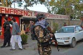 """مقتل """"عدد من المدنيين"""" في انفجار خارج مسجد بكابول خلال جنازة والدة متحدث  طالبان - CNN Arabic"""