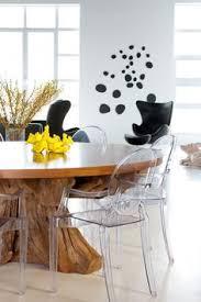 la table ronde surdimensionnée dont le pied a été confectionné à même un tronc d furniture showroomdining tablesdining rooms