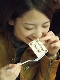メッセージプレートをかじる岩瀬佑美子