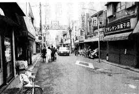 ギリシャ風に生まれ変わる 大倉山西口商店街