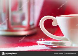 une tasse de thé rouge avec plaque rouge avec chandelier sur backgroun photo