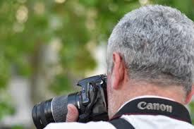 フリー写真画像 パパラッチ フォトジャーナ リスト 男 レンズ 自然
