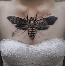 рисунок мотылька на груди женщины фото рисунки эскизы