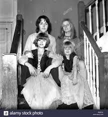 Il cantante dei Beatles Paul McCartney con la sua nuova sposa Linda Eastman  e i bambini di età compresa tra 4 e 7;Marzo 1969 ;Z02435-001 Foto stock -  Alamy