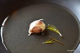 чеснок на сковороде