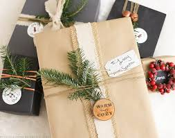 Looking for simple yet creative ways to wrap those holiday presents? Check  out these rustic