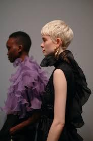 Естественно, необходимо помнить и о модных тенденциях, ведь невеста должна быть не только красивой, но и выглядеть модно и стильно. Modnye Strizhki Osen Zima 2020 2021 Varianty Dlya Raznoj Dliny Volos Vogue Ukraine Vogue Ua