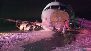 هاليفاكس - جرحى في انحراف طائرة عن المدرج بكندا
