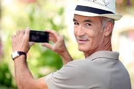 Persona mayor tomando una fotografía