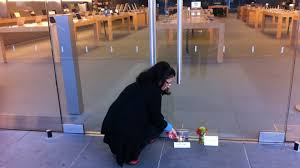 a reader on gizmodo pointed out that after steve jobs d in november someone took this photo at the apple in question