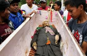 Indonésie : Découvrez cette étrange tradition des Torajas, qui déterrent leurs morts chaque année
