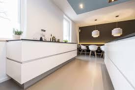 Zweizeilige Küche in Weiß Farbgestaltung Idee für weiße Küche