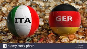 Italia vs Germania partita di calcio - palloni da calcio in Italia e in  Germania i colori nazionali su un letto di golden dollar monete. Il  rendering 3D Foto stock - Alamy