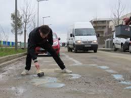 ce mardi matin les habitants ont peint des places avenue geneviève de galard à saint cyr l ecole pour faire réagir la mairie f desserre