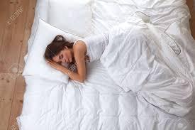 Schöne Mädchen Schläft Im Schlafzimmer Auf Dem Bett Lizenzfreie