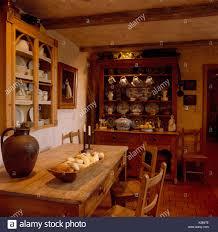 Antike Kommode Und Kiefer Tisch Im Esszimmer Rustikal Land