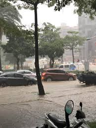 大台北地區雨勢大 新店、文山等多區一級淹水警戒【更新】 2021/6/4 13:27 (6/4 16:08 更新) 受颱風來襲影響,4日北市午後降下大雨,基隆路3段出現淹. Rgmdf Txyd77wm