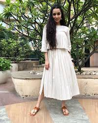 Gorgeous maxi skirts outfits ideas Crop Top Pleated Skirts Are Inherently Feminine And Can Be Dressed Up Or Down With Crop Tops Buttondowns And What Have You Pleats Also Look Gorgeous On Maxi And Feminain Pleated Outfit Ideas Youll Love Feminain