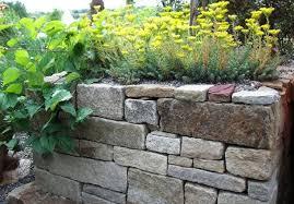 Grundsätzlich beginnt jedoch jede arbeit mit dem gründlichen säubern. Trockenmauer Selbst Bauen Aus Naturstein Bauemotion De
