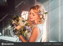 Mladá Krásná žena V Svatební šaty S Kytici Květin Svatební účes
