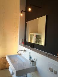 Badkamer Met Zwarte Muur En Spiegel In Zwart Metalen Frame Lampen