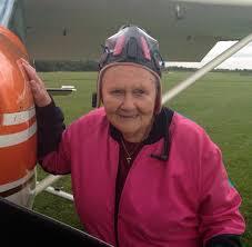 Fallschirmspringen: 85-jährige Ida Schneider als Adrenalin-Junkie - WELT