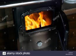 Ein Holzbefeuerter Ofen Mit Hellen Gelben Flammen Stockfoto