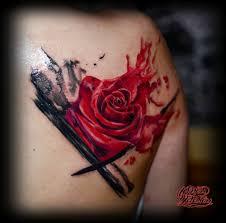 тату роза на спине в стиле треш полька тату салон юрец удалец