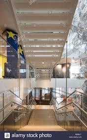 Geschlossene wangentreppe aus dunklem holz mit viel weiß und vielen extras. Freitragende Treppe Haus Der Europaischen Geschichte Bruxelles Brussel Belgien Architekt Chaix Morel Et Associes 2017 Stockfotografie Alamy