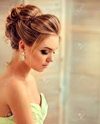 Belle Femme Habillée En Robe De Soirée Exemple De Coiffure De Mariage Pour Dames Blondes Modèle Blond Jeune Et Séduisant Regard Latéral Coiffures
