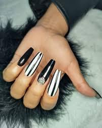 Si deseas decorar tus uñas acrilicas para las fiestas es una buena idea pintarlas con un esmalte rojo brillante y en una de tus uñas hacer un. Estudio 92 Region 92 Cancun 2021