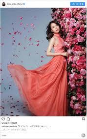 戸田恵梨香花に囲まれた美しすぎるドレス姿にまじでミューズ