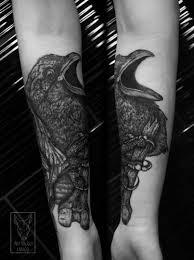 татуировка с вороном на руке девушки фото рисунки эскизы