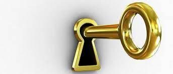 Vamos dar dicas de como tirar o pedaço da chave quebrada de dentro da fechadura, mas o ideal é que um chaveiro seja chamado, assim é uma garantia que você conseguirá sair do ambiente e que sua porta será consertada sem maiores estragos. Como Tirar Uma Chave Da Fechadura Quebrada Guia Do Getninjas
