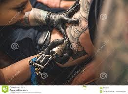 женская делая татуировка на животе человека стоковое изображение
