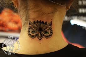 татуировка на шее у девушки сова фото рисунки эскизы