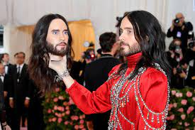 Jared Leto carries his own head at the ...
