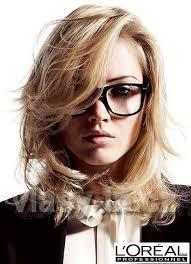 Inteligentní Výraz Sestříhaných Polodlouhých Blond Vlasů Nehty