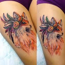 фото крутого тату лисы в стиле акварель на бедре девушки фото