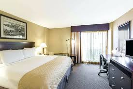 wyndham garden hotel baronne plaza reviews