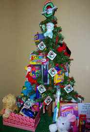 This Christmas tree to promote Operation Christmas Child includes actual  items tie… | Operation christmas child boxes, Christmas child shoebox  ideas, Kids christmas