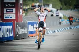 Weltcup Nove Mesto Herren: Mathieu van der Poel feiert historischen Erfolg  – acrossthecountry