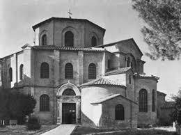 Реферат Архитектура Византии ru При господстве купола в композиции большое значение имеют диагональные ниши экседры В сочетании с колоннами они образовали пространственные устои