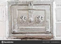 Schloß Metall Tür Von Einem Alten Weißen Kachelofen