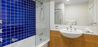 melbourne cbd hotels clean en suite bathroom with bath shower toilet and big mirror