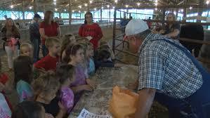 Kids get farm tour   WCYB